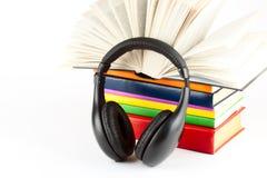 Beaucoup de livres avec des écouteurs Photographie stock