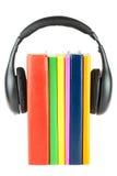 Beaucoup de livres avec des écouteurs Images stock