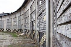 Beaucoup de longs vieux entrepôts abandonnés contre la SK grise image libre de droits