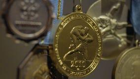 Beaucoup de médailles d'or avec les rubans tricolores en gros plan Médaille pour le premier endroit en concurrence dans le judo B Image stock