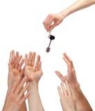 Beaucoup de mains atteignant à l'extérieur pour la clé Images libres de droits