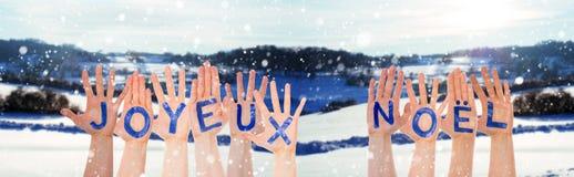 Beaucoup de mains construisant Joyeux Noel Means Merry Christmas, paysage d'hiver photo stock