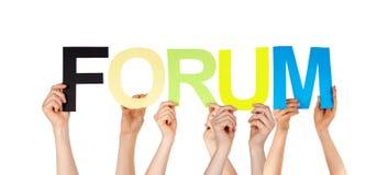 Beaucoup de mains de personnes tenant le forum coloré de Word Images stock