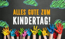 Beaucoup de mains peintes d'enfants avec les smiley et le ` du jour des enfants heureux de ` de message Images stock