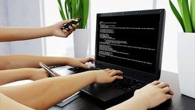 Beaucoup de mains sur le clavier workspace Concept de travail de bureau, rendu 3d Images stock