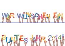 Beaucoup de mains tenant Wir Wuenschen Ein Buntes Jahr 2014 Images stock