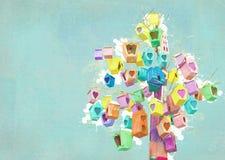 Beaucoup de maisons d'oiseau sur un arbre Concept de la Communauté Décor de volière Emboîtement-boîtes peintes Image stock