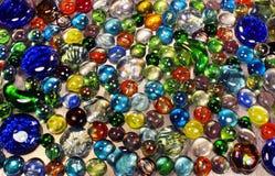 Beaucoup de marbres en verre colorés Photo stock