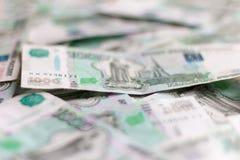 Beaucoup de monnaie fiduciaire, roubles russes de plan rapproché, dispersé sur la table image libre de droits