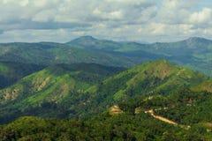 Beaucoup de montagnes et de nuageux Photo libre de droits
