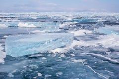 Beaucoup de monticules bleus sur la surface du lac Baïkal congelé bleu Image libre de droits