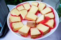Beaucoup de morceaux de ligne de buffet de gâteau de beurre Photos stock