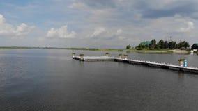 Beaucoup de mouettes se reposent sur le dock, mouettes sur le pilier près d'un bel hôtel clips vidéos