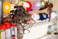 Beaucoup de moules métalliques pour couper des biscuits de différentes formes dans la perspective d'une cuisine ou de l'atelier d photos stock
