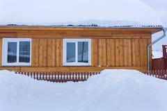 Beaucoup de neige à côté du bâtiment Photographie stock libre de droits