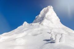 Beaucoup de neige figure s'élever à une montagne photo stock