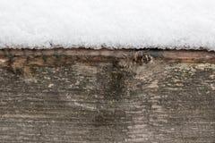 Beaucoup de neige se trouvant sur un faisceau en bois, beau fond abstrait d'hiver photo libre de droits