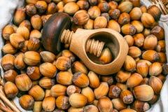 Beaucoup de noisettes et de biscuit en bois dans le panier en osier Photo stock