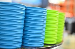 Beaucoup de nouveaux récipients multicolores pour des brosses à dents Photo stock