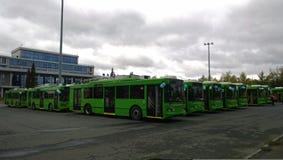 Beaucoup de nouveaux trolleybus avant l'entraînement sur les rues images libres de droits
