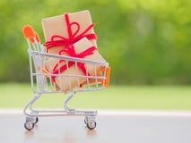 Beaucoup de nouvelle année et de cadeaux de Noël ou de cadeaux représentés dans le caddie image stock