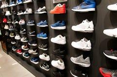 Beaucoup de nouvelles chaussures modernes sur le mur photographie stock