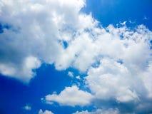 Beaucoup de nuages de blanc en ciel bleu d'été photos libres de droits