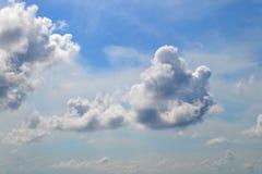 Beaucoup de nuages blancs de différents types : le cumulus, cirrus, a posé haut en ciel bleu photos libres de droits