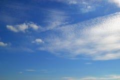 Beaucoup de nuages blancs de différents types : le cumulus, cirrus, a posé haut en ciel bleu images stock