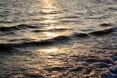 Beaucoup de pétrole brut est renversé et flotte sur les vagues de mer photo stock