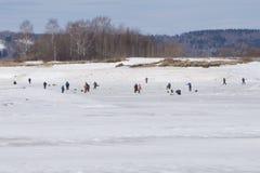Beaucoup de pêcheurs pour la pêche d'hiver Concours pour la pêche d'hiver Vue de loin aux pêcheurs en hiver Image stock