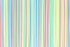 Beaucoup de pailles ou tubes en plastique colorés avec les rayures bleues, rouges, jaunes et vertes abr?gez le fond image libre de droits