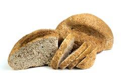 Beaucoup de pains et de rouleaux mélangés de pain cuit au four sur le fond blanc d'isolement photo libre de droits