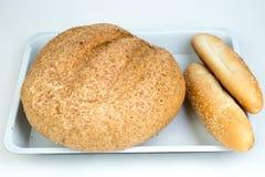 Beaucoup de pains et de rouleaux mélangés de pain cuit au four, sur le fond en bois de table photo stock