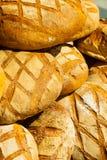 Beaucoup de pains frais rustiques bruns de pain de seigle Images libres de droits