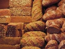 Beaucoup de pains mélangés et fond de petits pains Photo stock