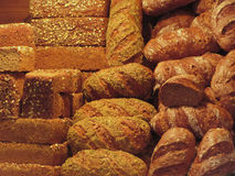 Beaucoup de pains mélangés et fond de petits pains Photographie stock