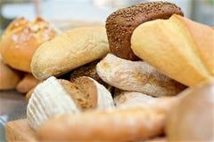 Beaucoup de pains mélangés sur la table photo stock