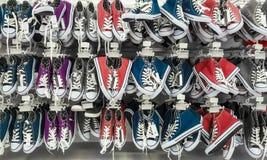 Beaucoup de paires d'espadrilles dans un magasin Image stock