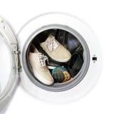 Beaucoup de paires d'espadrilles sales dans la machine à laver Photos stock