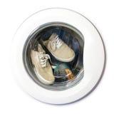 Beaucoup de paires d'espadrilles sales dans la machine à laver Image libre de droits