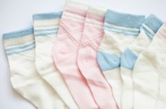 Beaucoup de paires des chaussettes rayées de l'enfant photos stock