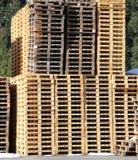 Beaucoup de palettes en bois dans une usine Photos libres de droits