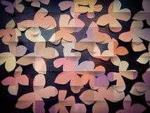 Beaucoup de papillons de papier avec le fond en bois foncé photo libre de droits