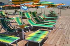 Beaucoup de parapluies et de canapés du soleil sur la plage sablonneuse de la station de vacances Photos libres de droits