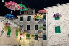 Beaucoup de parapluies volant dans le ciel Photos libres de droits