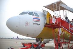 Beaucoup de passagers montant à un avion avec la ligne aérienne d'Air Asia Images libres de droits