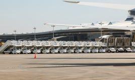 Beaucoup de passerelles automatiques pour l'avion dans la ligne Image libre de droits