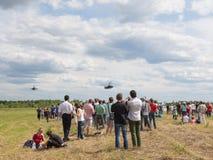 Beaucoup de personnes à un salon de l'aéronautique dans Kubinka Photographie stock