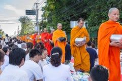 Beaucoup de personnes donnent la nourriture et boivent pour l'aumône à 1.536 moines bouddhistes dans le jour de bucha de visakha photo stock